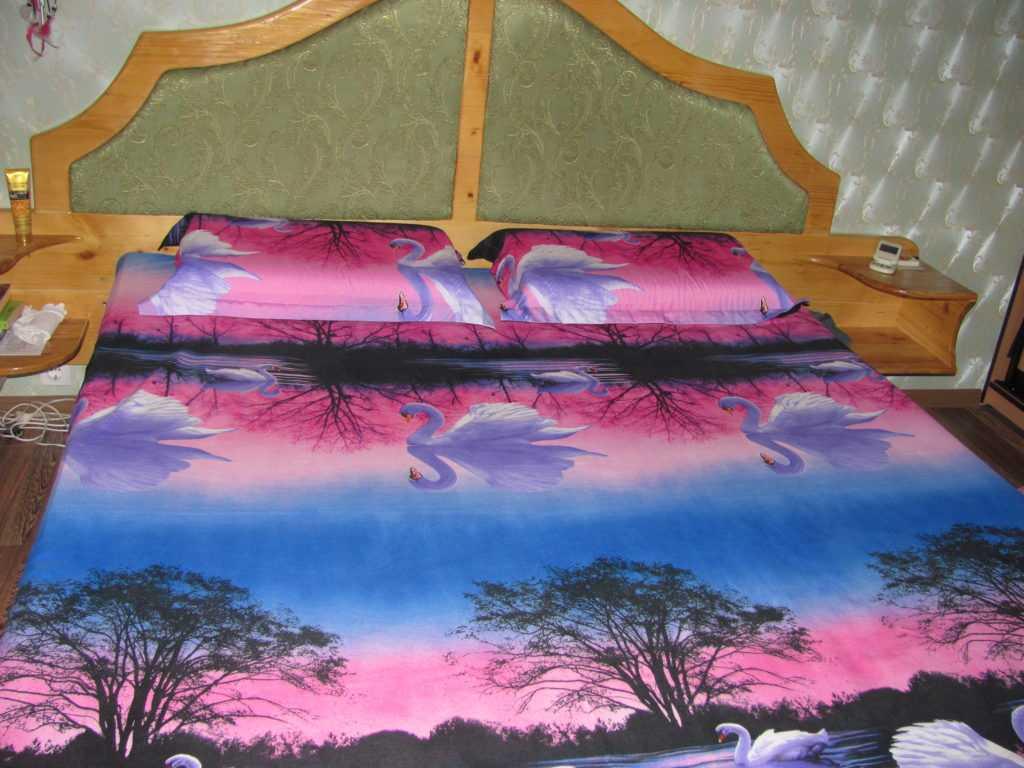 Кровать двуспальная обыкновенная. Из дерева.